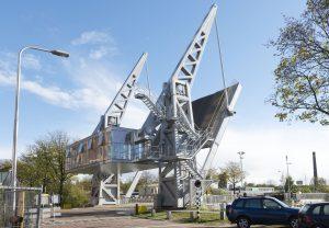 Ophaalbrug Den Ophef bij de Piushaven in Tilburg, het brugwachtershuisje dient als contragewicht • Foto Peter Cox.