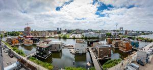 De drijvende wijk Schoonschip is met vijf T-vormige steigers verbonden aan de Johan van Hasseltkade in Amsterdam Noord. In totaal komen er 30 arken, vier arken moeten nog arriveren.