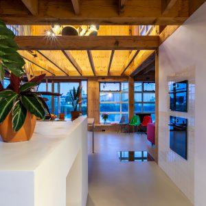 12. Doorzicht vanaf entree door keuken naar eethoek