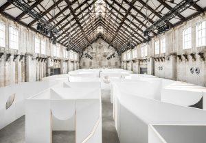 Scenografie Unfair Art Fair, Westergasfabriek Amsterdam 2018. Ontwerp Tomas Dirrix, Ada Finci Terseglav. Foto Jeroen Verrecht.