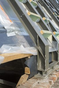 De nieuwe dakconstructie vormt samen met de bestaande balken constructief een geheel