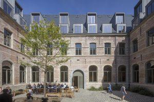 De kloostertuin is na de restauratie een publieke buitenkamer
