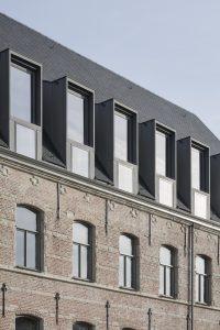 De nieuwe dakkapellen zijn essentieel voor het gebruik van de zolder als hoofdruimte van de bibliotheek. Ze zorgen voor sfeer, licht, uitzicht en de voor het brandconcept essentiële verluchting (rookwarmteafvoer)