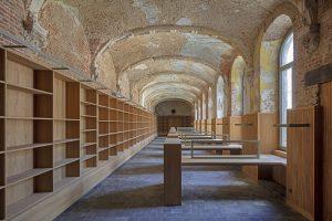 De voormalige kloosterbibliotheek wordt ingericht als stiltebibliotheek, met behoud van restanten van 17e eeuws stucwerk