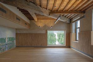 Vergaderzaal 1e verdieping, met eikenhouten lambriseringen en eeuwenoude verflagen