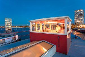 's Avonds is 'The Lighthouse' een stralend baken in het voormalige havengebied