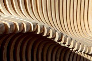 Het interieur bestaat uit 648 verticale houten panelen