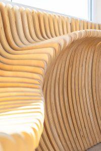 De houten panelen zijn door middel van CNC-frezen op maat gemaakt