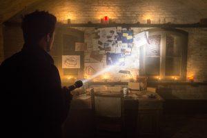 In groepen gaan de bezoekers op zoek door 40 verschillende ruimtes met acteurs en allerhande aanwijzingen over Thomas en over de geschiedenis van het Fort, die met elkaar verweven zijn