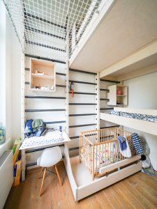 De bedden, het bureau, de kastjes en de netten van de klimkamer hebben inkepingen die om de sporten vallen. Ze kunnen naar behoefte verplaatst worden