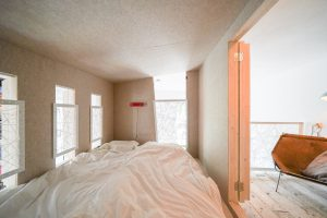 Het idee achter de luikjes is dat als je in bed ligt je ze kunt sluiten om zo een intieme ruimte te creëren. Een soort cocon waarin je je helemaal kunt afsluiten