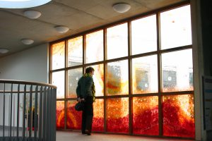 """Raam voor de vrije school in Assen. Architect Thomas Rau vroeg me: wat voor een tattoo ga je op mijn gebouw zetten? Wederzijdse waardering en inspiratie resulteerden in een prachtig venster."""""""