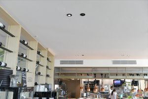 De volledige naadloze afwerking van de plafondtegels werd toegepast om hoogteverschillen in het plafond aan te brengen