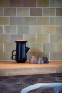 De tegels zijn door Daria Biryukova met de hand geglazuurd met duurzame FORZ®Glaze. Foto: Jeroen van der Wielen