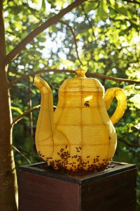 Met bijenwas en een metalen frame ontstaat Thousand Years. Collectie Christofle, Parijs. (Foto: René van der Hulst)