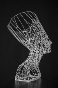 Nefertiti is gemaakt met een 3D-geprint frame. De Griekse heldin en koningin refereert aan een krachtige bijenkoningin van een kolonie bijen. En haar hoofdtooi lijkt veel op een vaas
