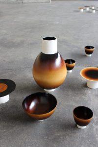 OTT is een natuurlijke hars van de lakboom, toegepast als circulair glazuur voor keramiek