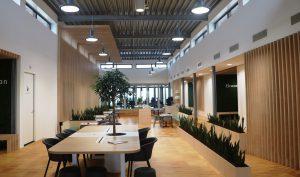 Het hout verbindt de vloeren, wanden en interieurelementen in de centrale as met elkaar