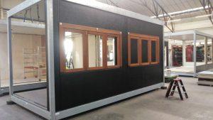 De modulaire units in opbouw. Het stalen frame is verzinkt ter bescherming tegen de agressieve omstandigheden aan de kust
