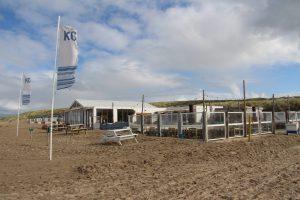 Het strandpaviljoen heeft een groot buitenterras