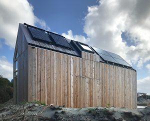 Op het dak links de daglichtcollectoren, rechts PV-panelen voor de stroomopwekking, met los daaronder de warmtepomppanelen. Foto: Eddy Buiting