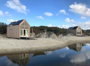 In totaal staan er 31 zelfvoorzienende tiny houses met uitzicht op het Grevelingenmeer. Foto: Eddy Buiting.