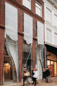 UNStudio tekende voor de renovatie van het winkelpand op nummer 138 van de Amsterdamse P.C. Hooftstraat. Het pand kreeg een spannende façade die inmiddels The Looking Glass gedoopt is.