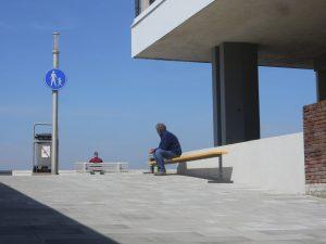 Scale 1:1,16. Zitmeubels voor de openbare ruimte die geschikt zijn voor personen van uiteenlopende lichaamslengtes