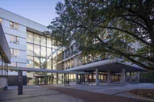 Entree Vlaardingenlaan: een nieuw transparant atrium vormt het hart van de school en verbindt oud en nieuw