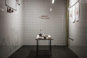 Sinds 2014 werkt Shahar Livne aan haar Meat Factory-project, een serie materiaalexperimenten waarbij het doel is om alles van een geslachte koe te gebruiken
