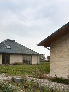 In de Friese weilanden bij Oudega is in 2029 het eerste kalkhennephuis van Werkstatt ogeleverd