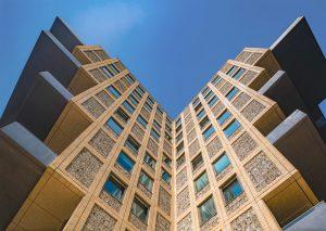Voor woontoren Belvedère in Hilversum, René van Zuuk Architekten, is voor de klamp een grotere steen toegepast dan voor de kaders. De verlijmde steenstrips aan de buitenplafonds zijn gezaagd uit dezelfde baksteen als de kaders. Foto: John Lewis Marshall.