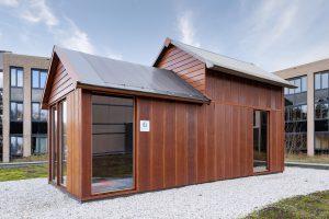 Op het terrein van het Hondsrugcollege in Emmen staat het eerste tiny house dat gebouwd is van honderd procent biocomposiet