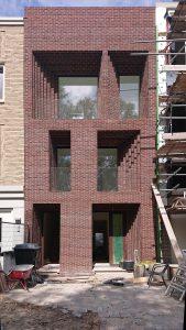 De diepe negge van een meter geeft de woning extra perspectief, in combinatie met de speciaal ontwikkelde verdiepte snijvoeg. Foto: Bureau SLA
