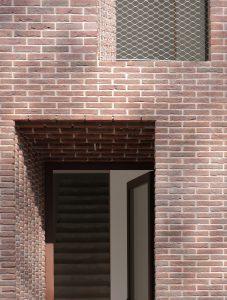 De diepe negge van een meter geeft de woning extra perspectief, in combinatie met de speciaal ontwikkelde verdiepte snijvoeg. foto: Petra Noordkamp