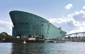 Als eerste in Nederland paste Ridder in 1997 groen patinakoper toe aan de gevels van NEMO in Amsterdam van Renzo Piano (Foto Ridder)
