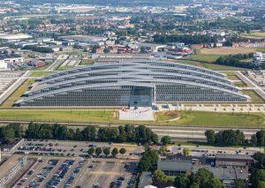 DDAR Hal Nedtrain Haarlem, hal voor het onderhoud van treinen. Architect Wim Woensdregt. In totaal 1200 m2 rvs losagnes, wybertjes in veel verschillende maten, betekende veel handwerk voor Ridder