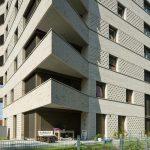 Vierkante baksteentoren met uitkragende balkons