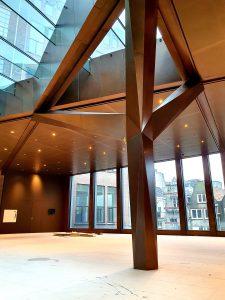 Het Telegraafgebouw aan Nieuwezijds Voorburgwal 225 Amsterdam, wordt getransformeerd tot luxe kantoorgebouw, naar ontwerp van Rijnboutt Architecten 2020. De wanden en een sculpturale boom in het atrium zijn bekleed met brons dat met de hand verouderd is en gefixeerd met een coating. (Foto Ridder)