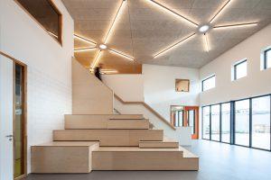 In het centrale deel is meer 'uitgepakt' met een houten tribunetrap en speciale aandacht voor de verlichting