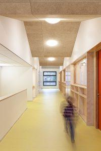 Het lokalendeel is rustig vormgegeven, met houten kastenwanden tussen de gangen en lokalen, waarin alle installaties zijn weggewerkt