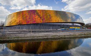 Sportcampus Zuiderpark in Den Haag, FaulknerBrowns Architects, 2017 heeft een gevel die afhankelijk van positie en zonnestand van kleur lijkt te veranderen (Foto Gemeente Den Haag, Valerie kuypers
