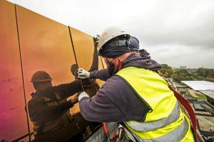 Ridder bekleedde de enorme golvende gevel van de Sportcampus met gechromatiseerde rvs losanges (Foto Ridder)
