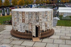 The Growing Pavilion op DDW op het Ketelhuisplein in Eindhoven. De buitengevel van The Growing Pavilion is gemaakt van mycelium ontworpen door Krown.bio. De bankjes zijn gemaakt van rijststro ECO-Boards door Fiction Factory. Foto Oscar Vinck.