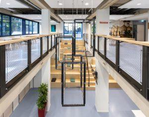 Mijke de kok heeft de 'dichte doos', die het kantoor van Artsen zonder Grenzen in Amsterdam was, opengebroken en overzichtelijk gemaakt