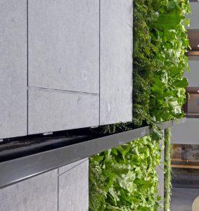 European Medicines Agency Amsterdam. Ontwerp RVB, MVSA Architects, OKRA landschapsarchitecten. Onder de groensegmenten zijn rvs-goten aangebracht om het overtollige water af te vangen. Foto Josine Crone
