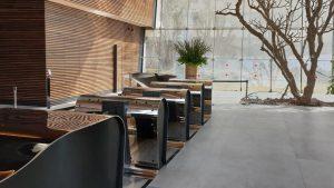 Organisch gevormd meubel met receptiebalie en toegangspoortjes in de lobby van het nieuwe Toha gebouw in Tel Aviv