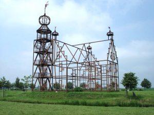 Unia State in Bears, de contouren van het voormalige landhuis in corten staal, inclusief traptoren met uitzichtpunt