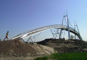 Hangbrug Slachtetille (2008) over de A31 is ontworpen door Rein Hofstra en overspant 85 meter