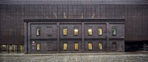 De overall winnaar van de Brick Award werd dit jaar de Silesia University's Radio and TV Department in Katowice. De faculteit voor radio en televisie laat zien hoe een gebouw in het stadscentrum innovatief kan zijn en tegelijkertijd een bewaker en vertolker van het verleden. Foto: Adrià Goula